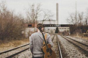chłopak-z-gitarą-spacer-gitara-akustyczna